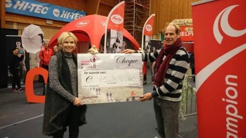 Cheque van 15.300 euro op Egmond Wandel Marathon tegen reuma