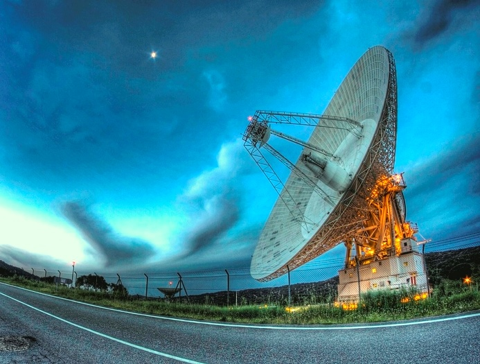antena de 70m de diámetro de la estación de robledo de chavela, perteneciente a la red de espacio profundo de NASA, en Madrid (España)