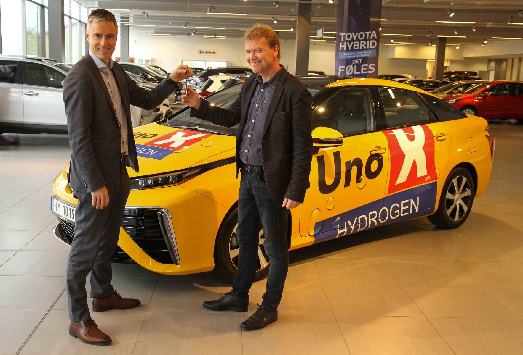First Toyota Mirai delivered to Uno-X Hydrogen in Norway ( left: Espen Olsen, Toyota, right: Roger Hertzenberg, Uno-X Hydrogen)