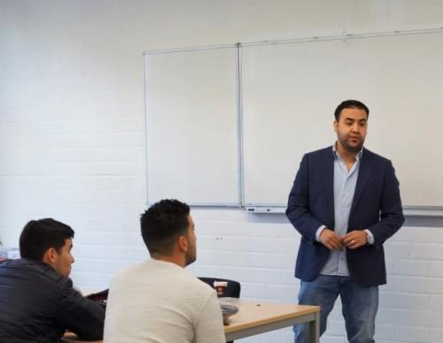 Tweede kamerlid Mohammed Mohandis geeft gastlessen aan studenten Veiligheid