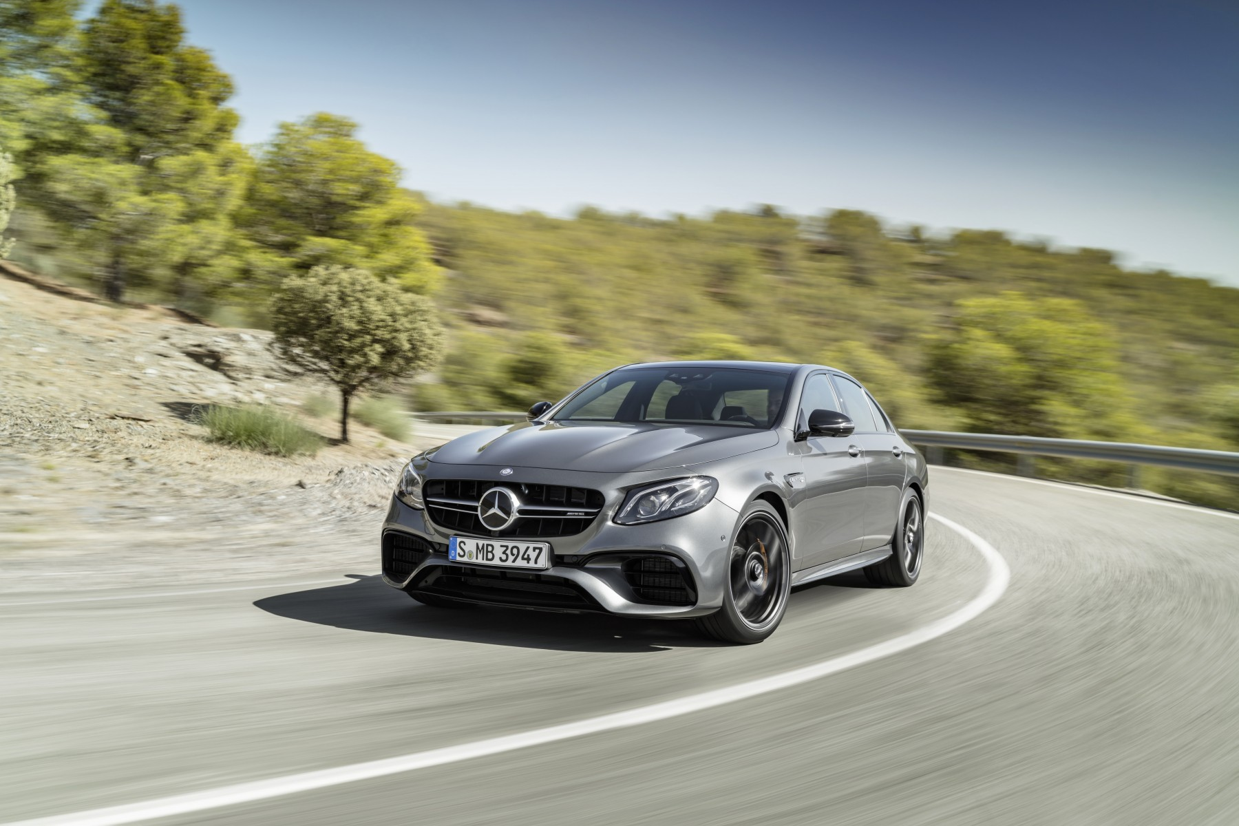 Mercedes-AMG E 63 S, outdoor shot; Fuel consumption combined: 9,2 – 8,9 l/100 km; Combined CO2 emissions: 209 - 203 g/km