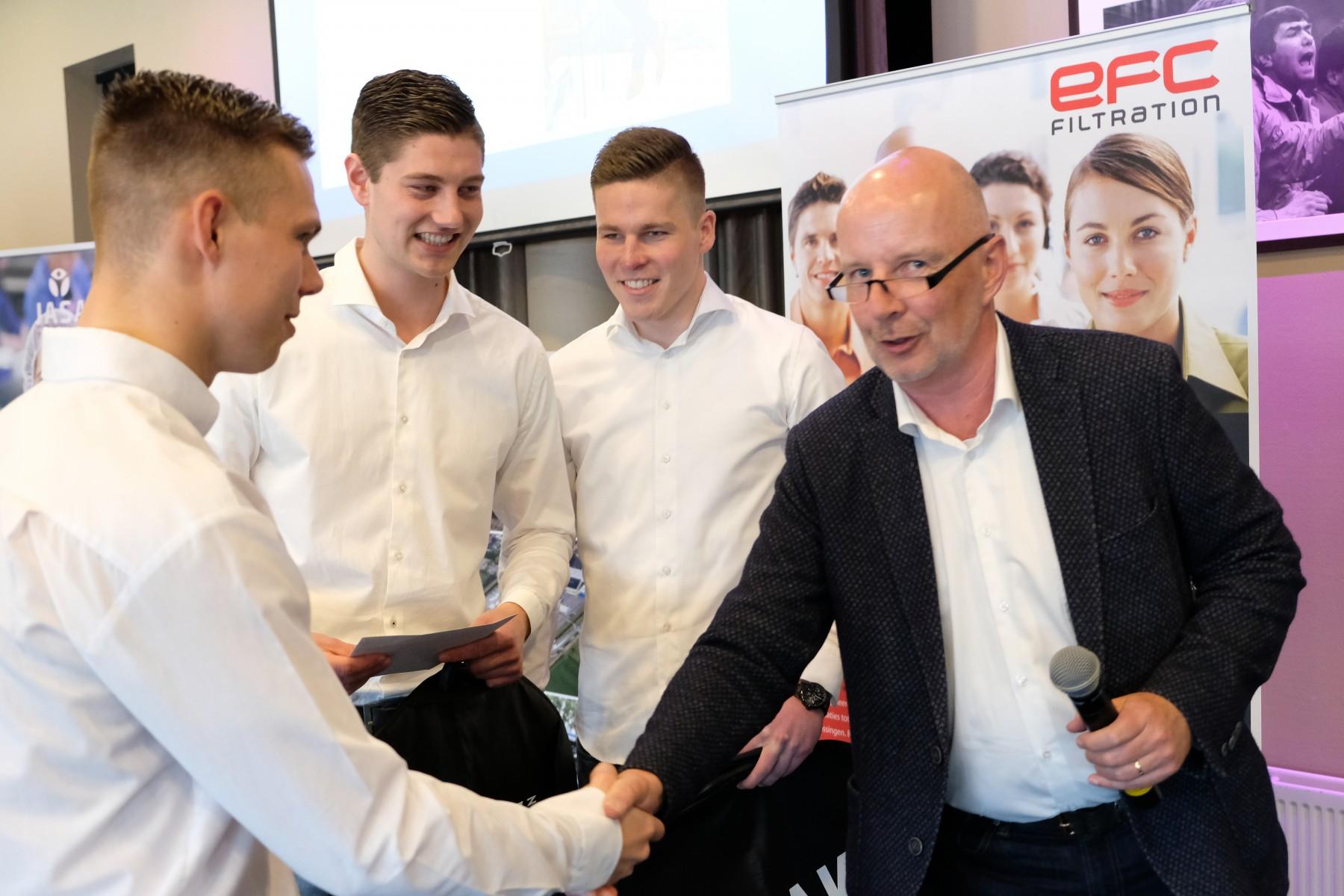Jong Ondernemen-prijs - Ron Huiberts feliciteert winnende team Vogelvrij SC
