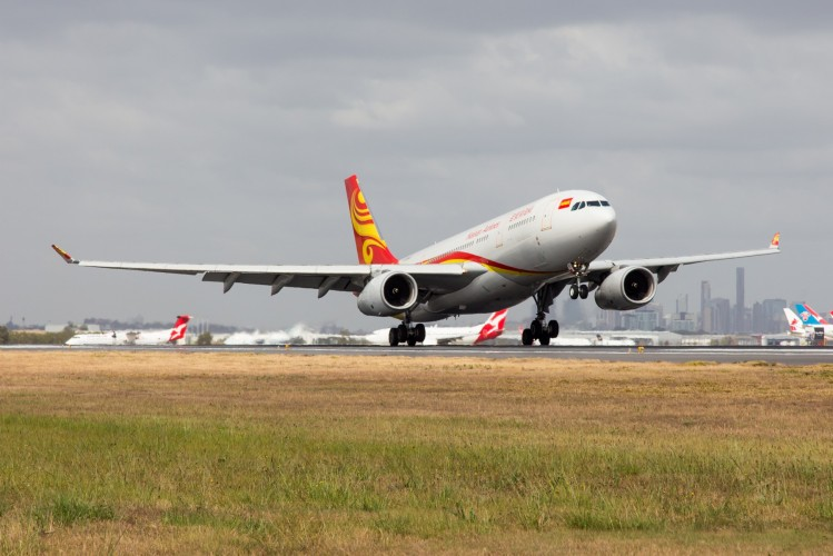 Hainan+Airlines+Inaugural+flight+touching+down+%28Photo+Lance+Broad%29