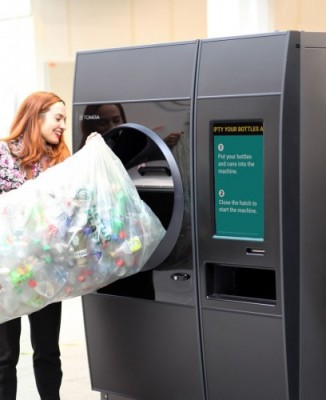 Now recyclers can empty an entire bag of drink containers in seconds: introducing TOMRA R1 at EuroShop