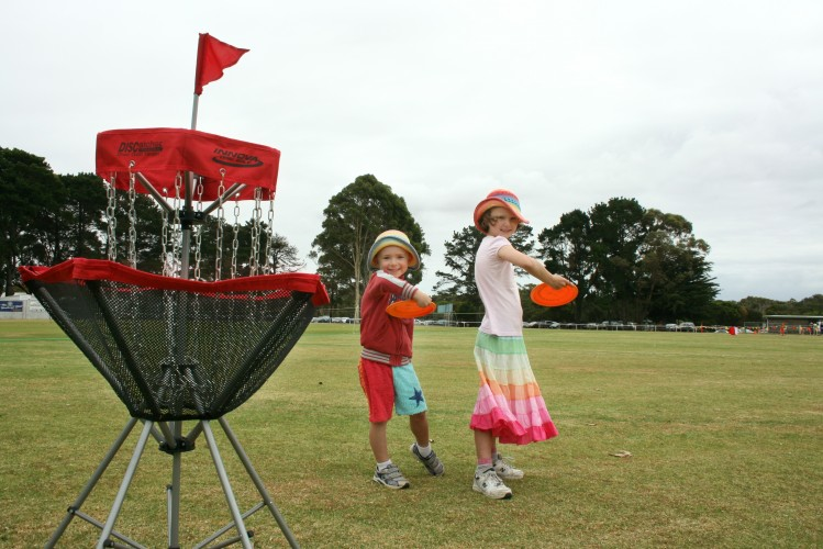 Archie+and+Lucy+have+a+go+at+playing+Frisbee+golf+on+portable+nets+at+the+Bass+Coast+Agricultural+Show.+A+Frisbee+golf+course+will+be+installed+in+Bluegum+Reserve+in+Cowes+next+month.