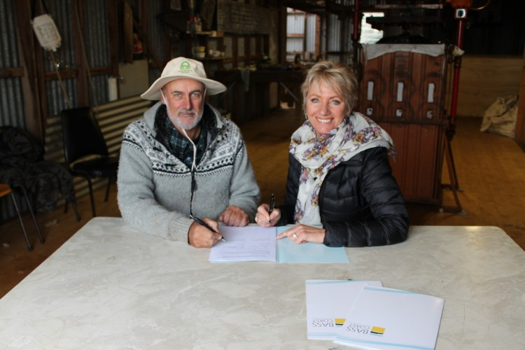 Bass+Coast+Landcare+Network+Chair%2C+Mike+Cleeland%2C+%28left%29+and+Bass+Coast+Mayor%2C+Cr+Pamela+Rothfield+%28right%29+sign+the+MoU