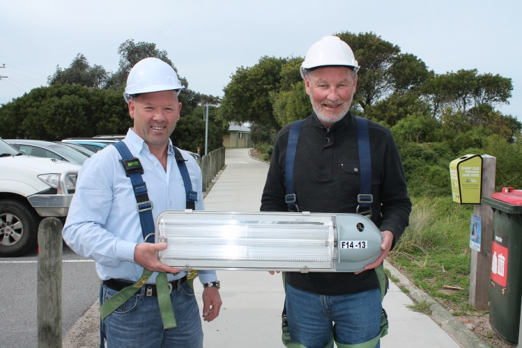 Bass+Coast+Shire+Councillor%2C+Bradley+Drew%2C+and+South+Gippsland+Shire+Council+Mayor%2C+Cr+Kieran+Kennedy%2C+get+a+firsthand+look+at+the+new+energy+efficient+street+lights+to+be+installed+throughout+both+shires.