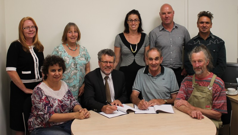 Bass+Coast+Shire+Council+and+Bass+Coast+Landcare+Network+continued+their+partnership+after+signing+a+new+Memorandum+of+Understanding+recently.+Council%26rsquo%3Bs+former+CEO%2C+Allan+Bawden+%28second+from+left+in+front+row%29+was+made+the+inaugural+Life+Member+of+the+Network.+