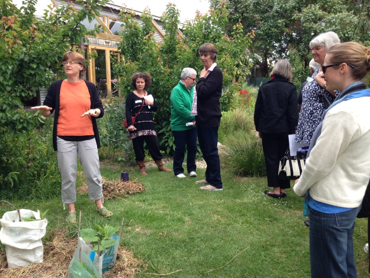 Helen+Searle+showing+participants+around+her+sustainable+home+and+garden+during+a+Future+Homes+Program+tour+last+year.