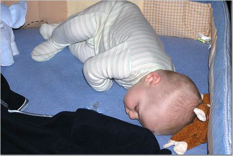 82dd77340167 When Can My Baby Sleep With A Blanket And Pillow