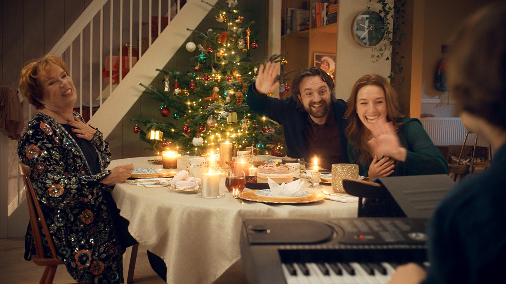 Beeld uit kerstcommercial Albert Heijn aan tafel