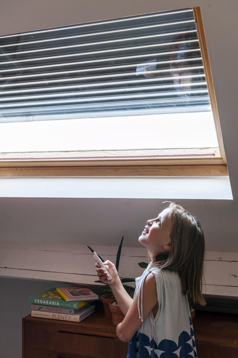 Des volets roulants sur les fenêtres de toit pour diminuer la ...