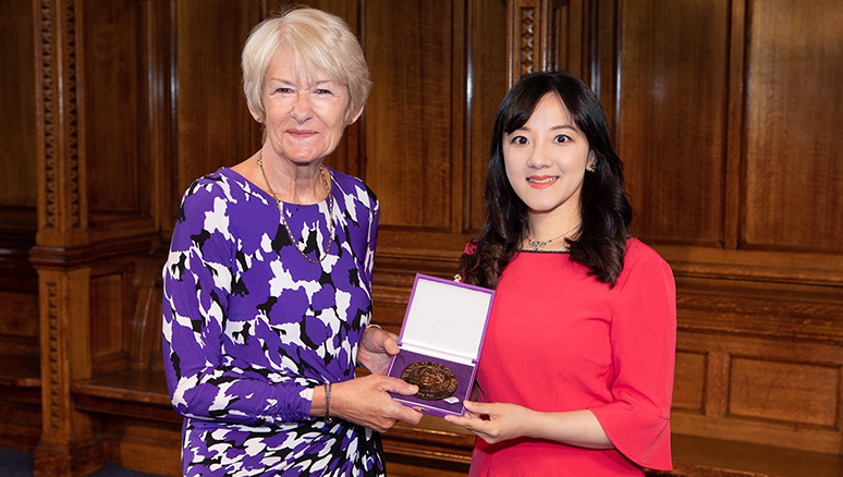 Dr Yang Han receives teacher award