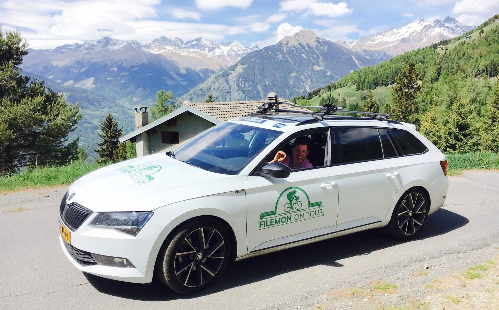 Filemon Wesselink volgt in een ŠKODA SUPERB COMBI Sportline de wielerrondes van dichtbij voor 'Filemon on Tour'