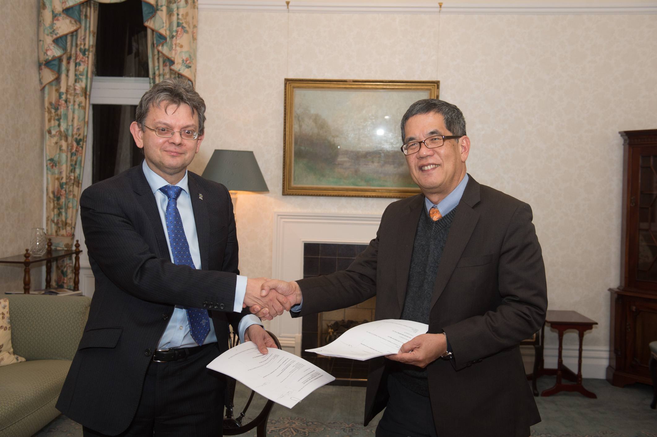 Signing of the joint degree programme between Prof Anton Muscatelli, Principal and Vice-Chancellor of the University of Glasgow, and Prof Tan Thiam Soon, President, SIT.