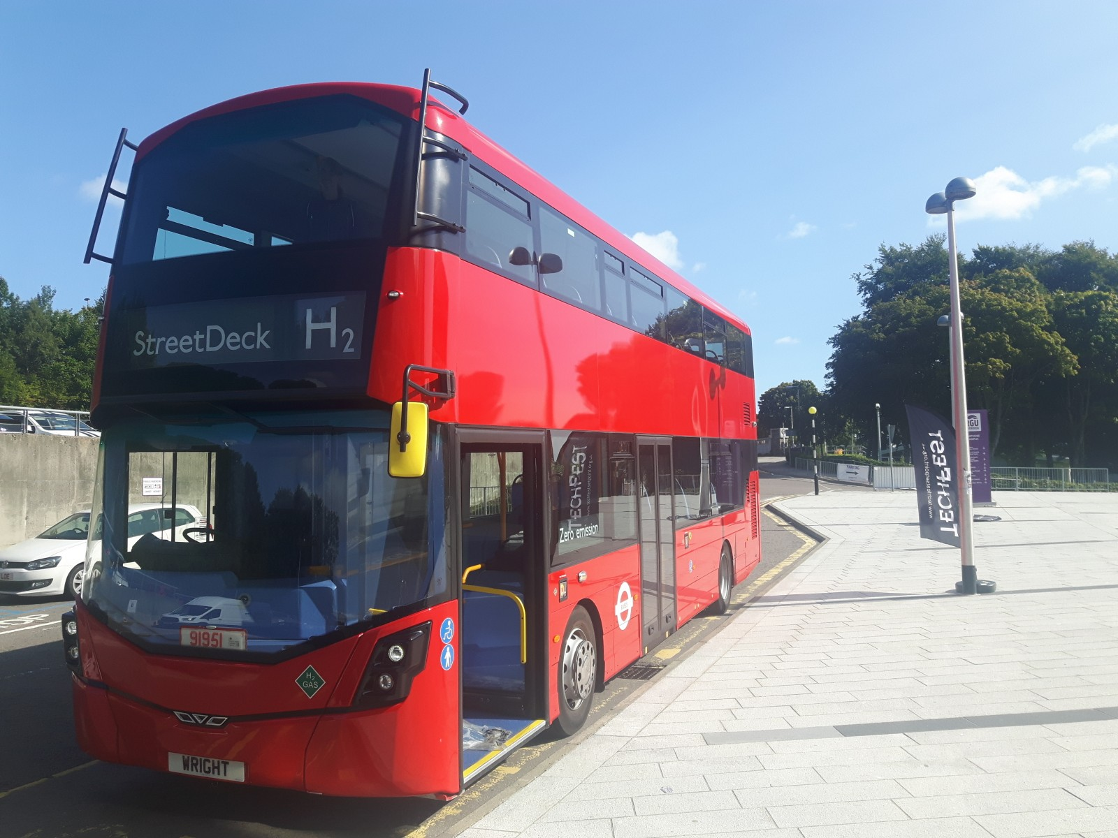 Hydrogen double decker bus pic