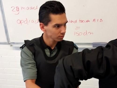 SafeGuard Clothing schenkt kogelwerend vest aan studenten Veiligheid Haastrechtstraat