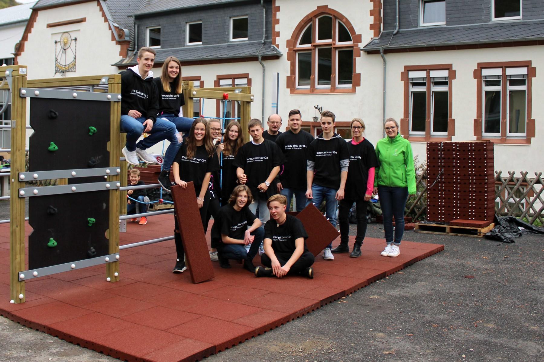 Klettergerüst English : Schülervertretung stellt klettergerüst auf