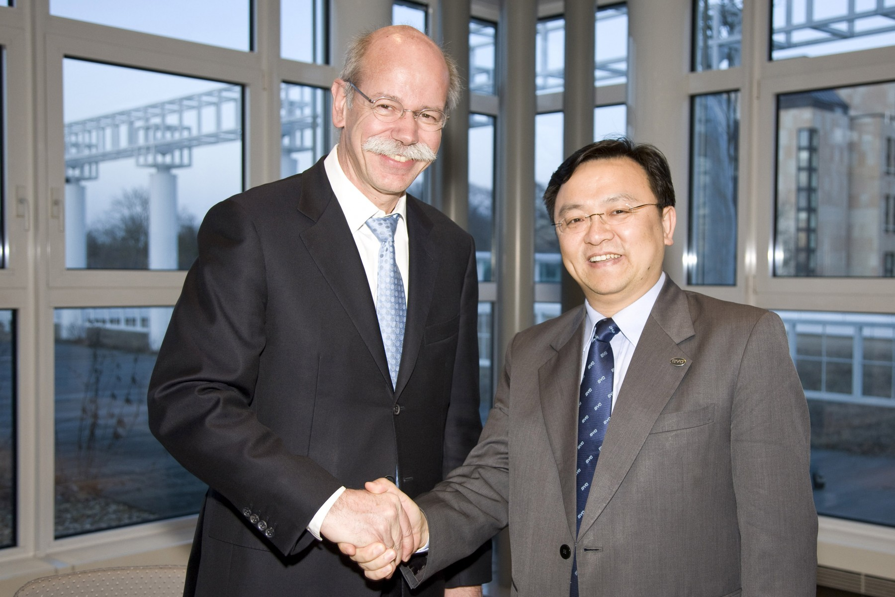 Dr. Dieter Zetsche, Chairman of the Board of Management at Daimler AG and Head of Mercedes-Benz Cars as well as Wang Chuan-fu, Chairman and President of BYD Company Limited at the signing of a Memorandum of Understanding for a technology partnership for electric vehicles in China.