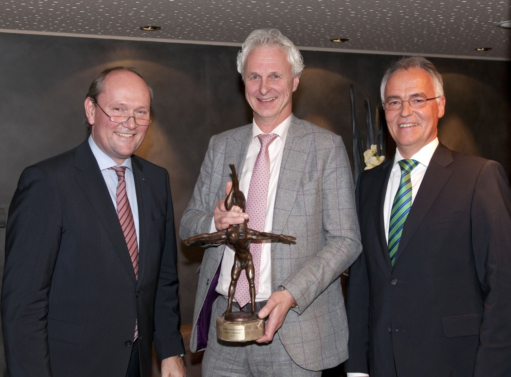 Cees Hendriks van ASV (midden) krijgt de trofee overhandigd door Marcus Breitschwerdt, Head of Europe Region Mercedes-Benz Cars (links) en Hans-Bahne Hansen, CEO Mercedes-Benz Nederland (rechts).