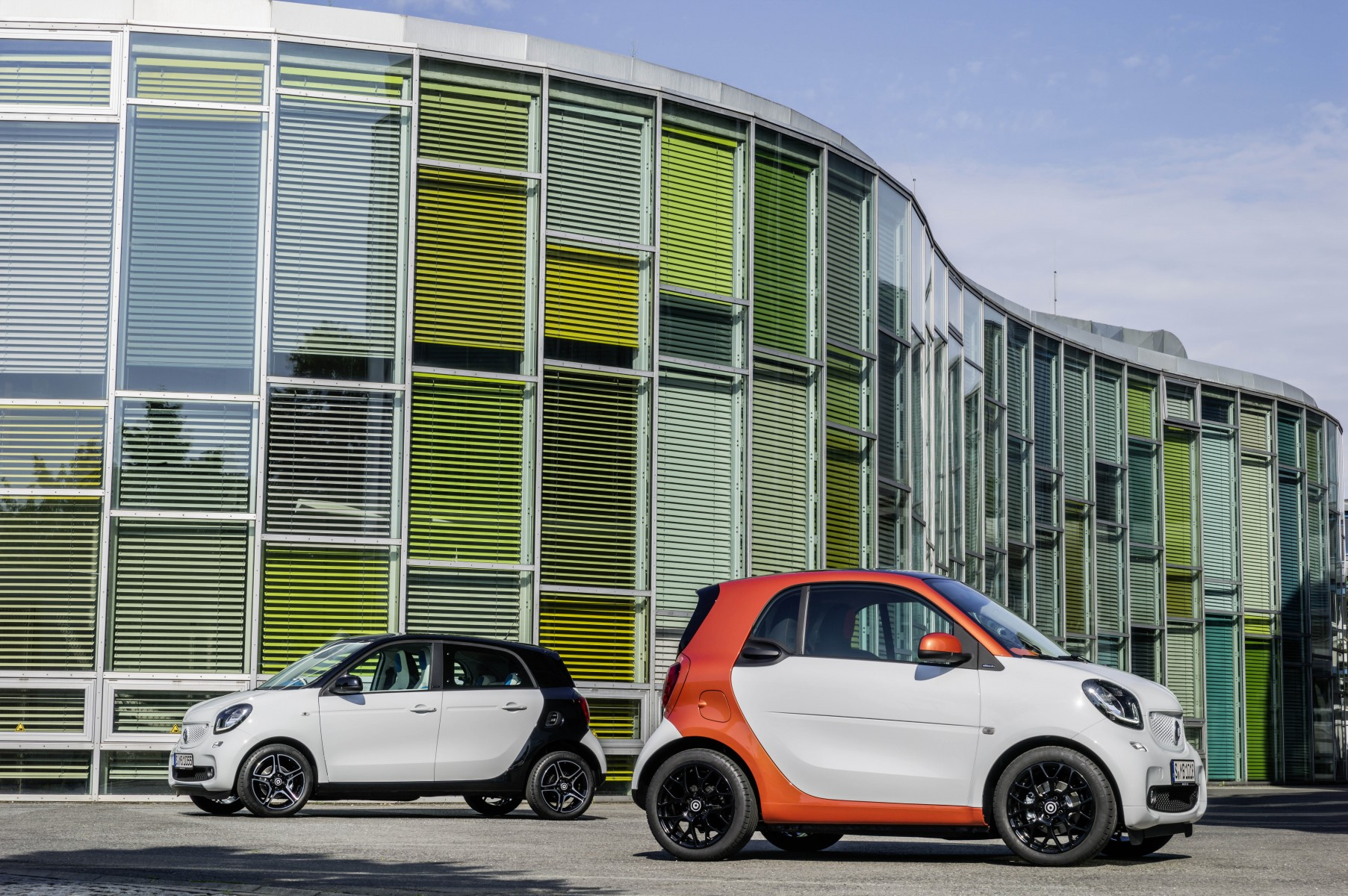 The new smart fortwo 2014: Body panels in white, tridion safety cell in lava orange (metallic). The new smart forfour 2014: Body in white, tridion safety cell in black