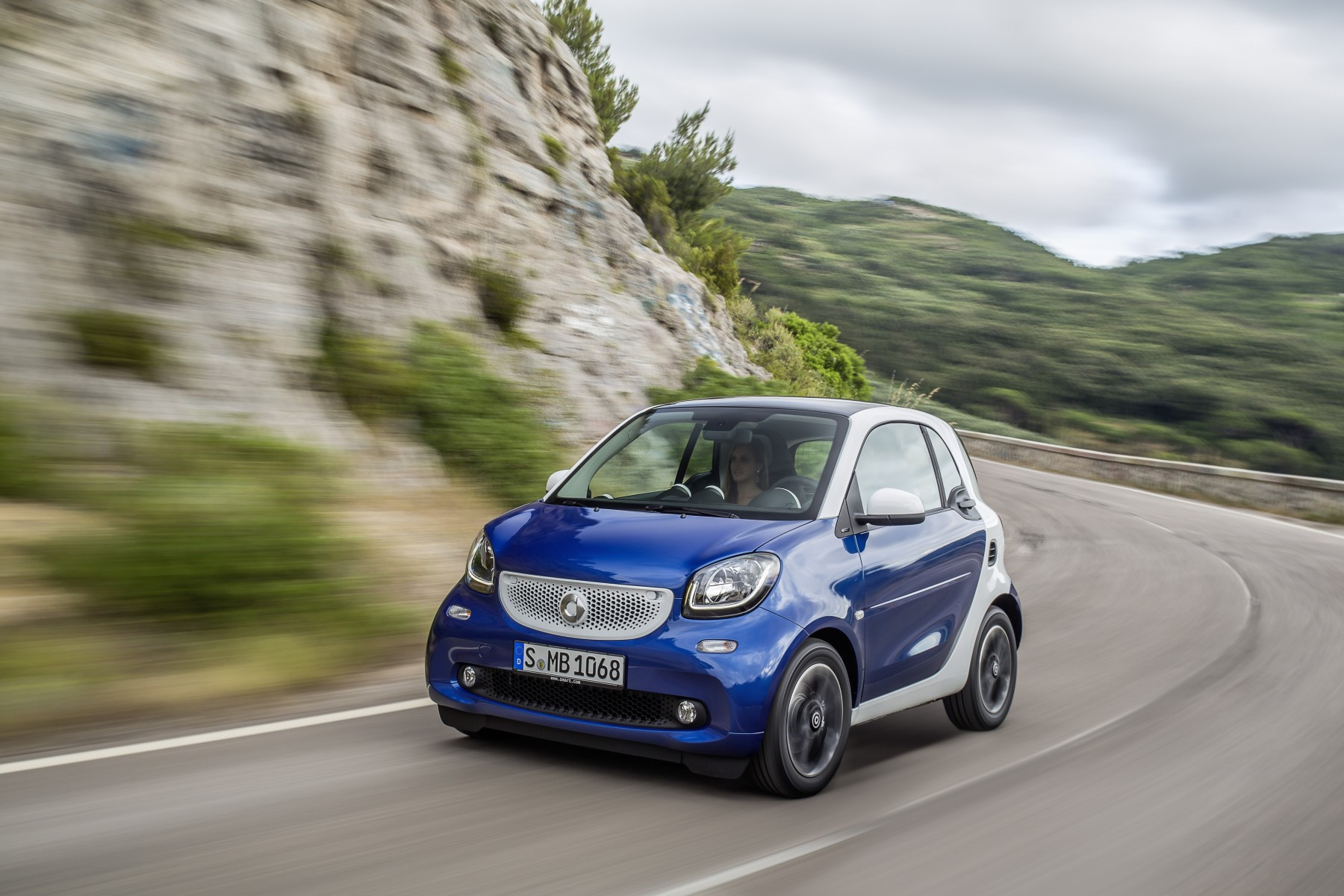 The new smart fortwo 2014: Bodypanels in midnight blue (metallic), tridion safety cell in white