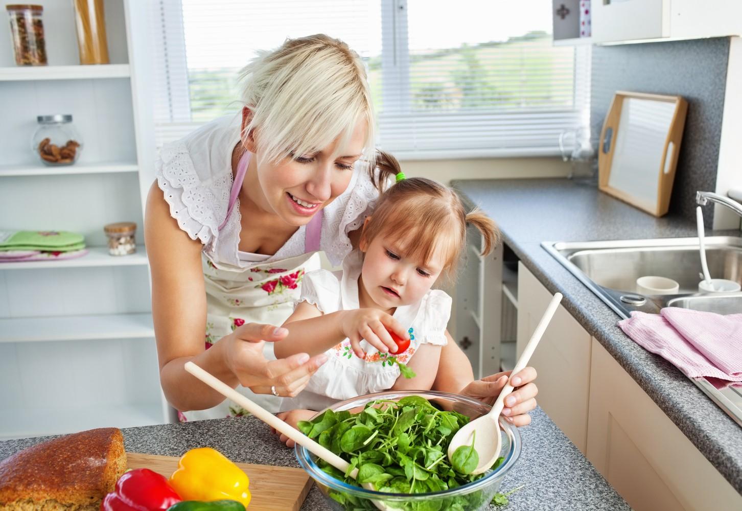 С мамкой на кухне, Мама и сын на кухне - смотреть порно онлайн или скачать 12 фотография
