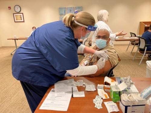COVID-19治疗有所改善,但通过接种疫苗进行预防是恢复的关键