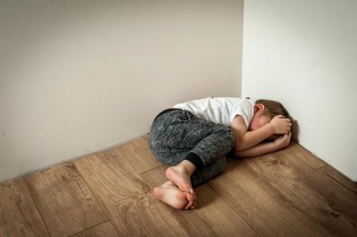 流行病加剧了儿童的退化行为