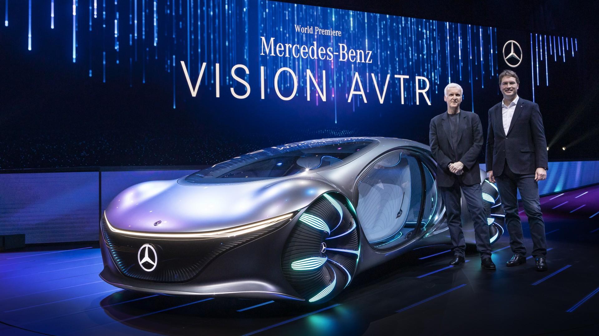 Ola Källenius, président du conseil d'administration de Daimler AG et Mercedes-Benz AG et Jon Landau (producteur des films AVATAR) présentent le concept VISION AVTR