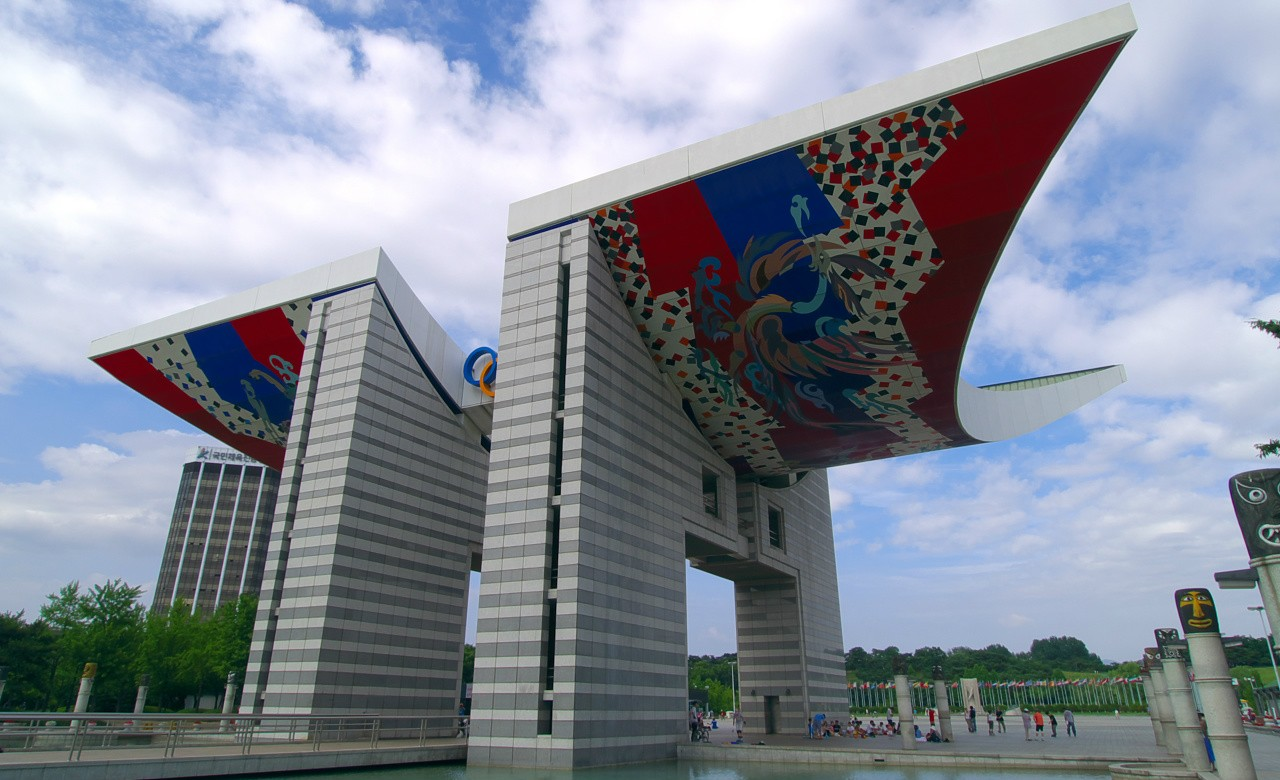 The World Peace Gate in Seoul, South Korea, was built for the 1988 Olympics to symbolize peace and harmony. Though South Korea and its northern neighbour are making shows of unity during the 2018 PyeongChang Games, both are also pursuing political agendas, says a UAlberta historian. (Photo: Wikimedia Commons, CC BY-SA 2.0)