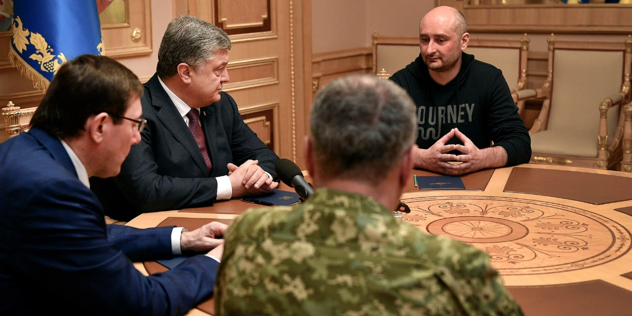 Russian journalist Arkady Babchenko (right) meets with Ukrainian president Petro Poroshenko May 31 after revealing he had faked his death two days earlier. (Photo: Wikimedia Commons, CC BY 4.0)