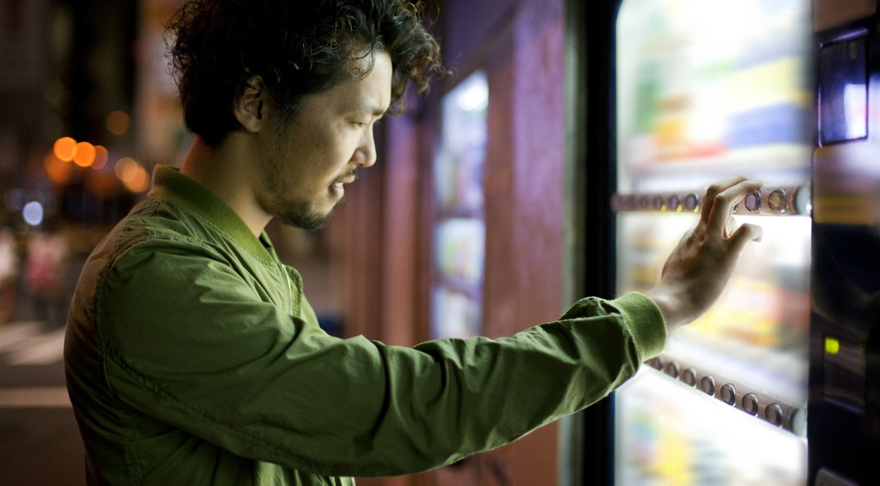 New U of A research shows that our physical movements can indicate how our brains make decisions such as choosing a snack from a vending machine. The research could have implications for understanding disorders like compulsive gambling. (Photo: Getty Images)