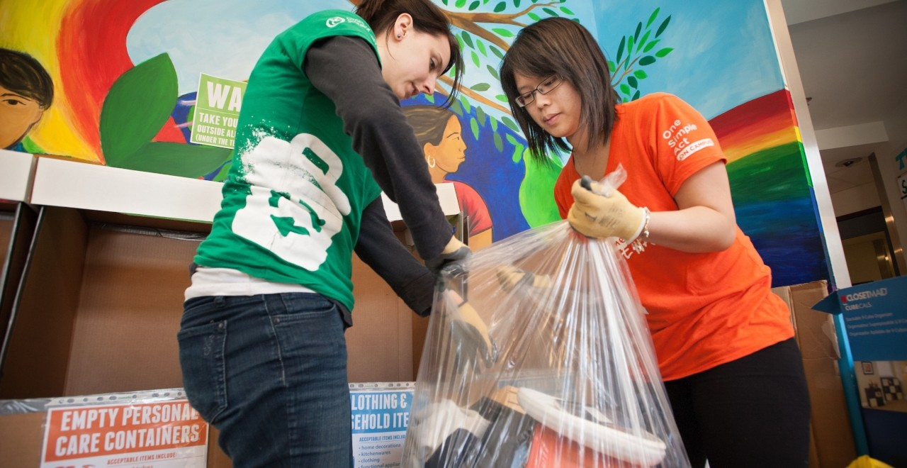 U of A volunteers collect unwanted items for the Eco Move Out recycling program for students in residence. The program is among the reasons the university was named one of Canada's greenest employers for the 11th straight year. (Photo: Richard Siemens)