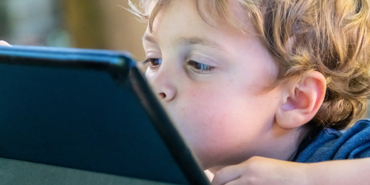 The more screen time toddlers get, the more their social skills may suffer—setting the stage for behaviour patterns that tend to persist as they get older, according to a new U of A study. (Photo: Getty Images)