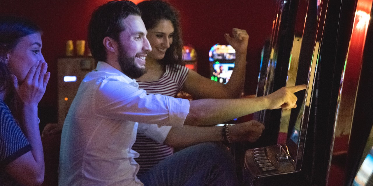 Slot players are more drawn to machines with sounds like dropping coins and visuals like dollar signs, and may even be more likely to remember wins on those machines, according to a new psychology study. (Photo: Getty Images)