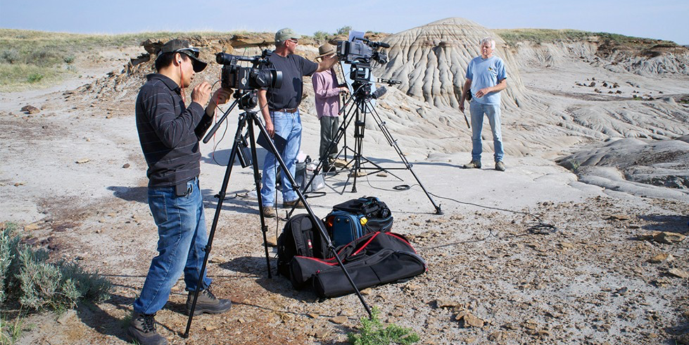 Dino 101 crew filming on location in Alberta's Dinosaur Provincial Park. A video sampler from the popular UAlberta MOOC will be offered to passengers on the U.S. airline JetBlue as part of its new in-flight wi-fi service.