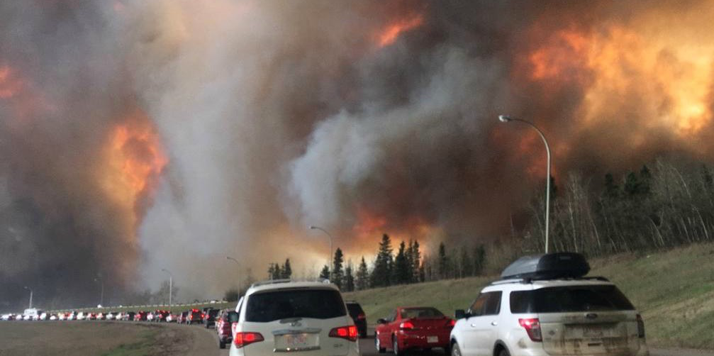 Fort McMurray residents encounter a jammed Highway 63 as they escape the fire-besieged city on May 3, 2016. (Photo: DarrenRD via Wikimedia Commons, CC BY-SA 4.0)