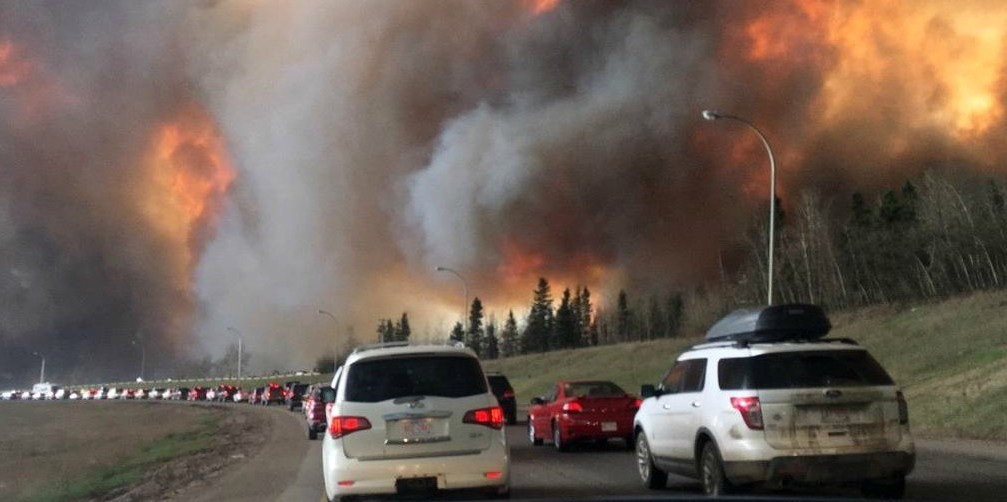 Fort McMurray residents evacuate the city on Highway 63 as the massive Horse River wildfire approaches. (Image: Wikimedia Commons, CC BY-SA 4.0)