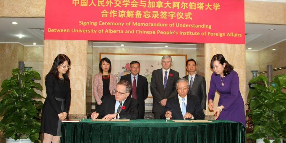 Gordon Houlden, director of UAlberta's China Institute, and Shumin Lu, former Chinese ambassador to Canada and former vice-minister of foreign affairs, sign the MOU between the university and the Chinese People's Institute of Foreign Affairs.