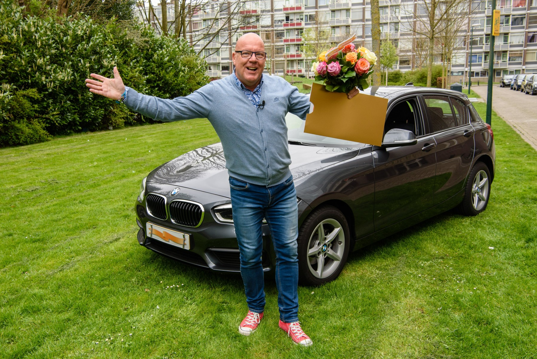 Stockbeeld Gaston  met cheque en BMW