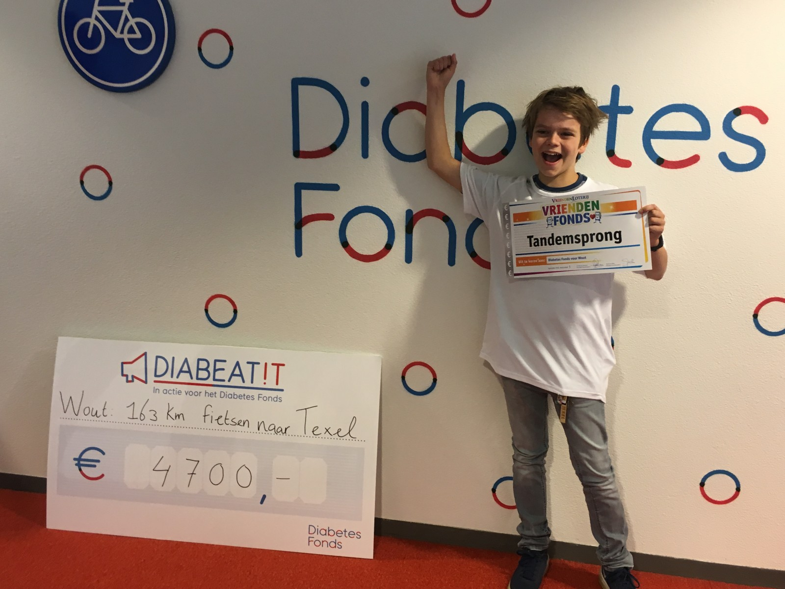 Wout met de VriendenFonds-cheque en sponsorcheque van Diabetes Fonds