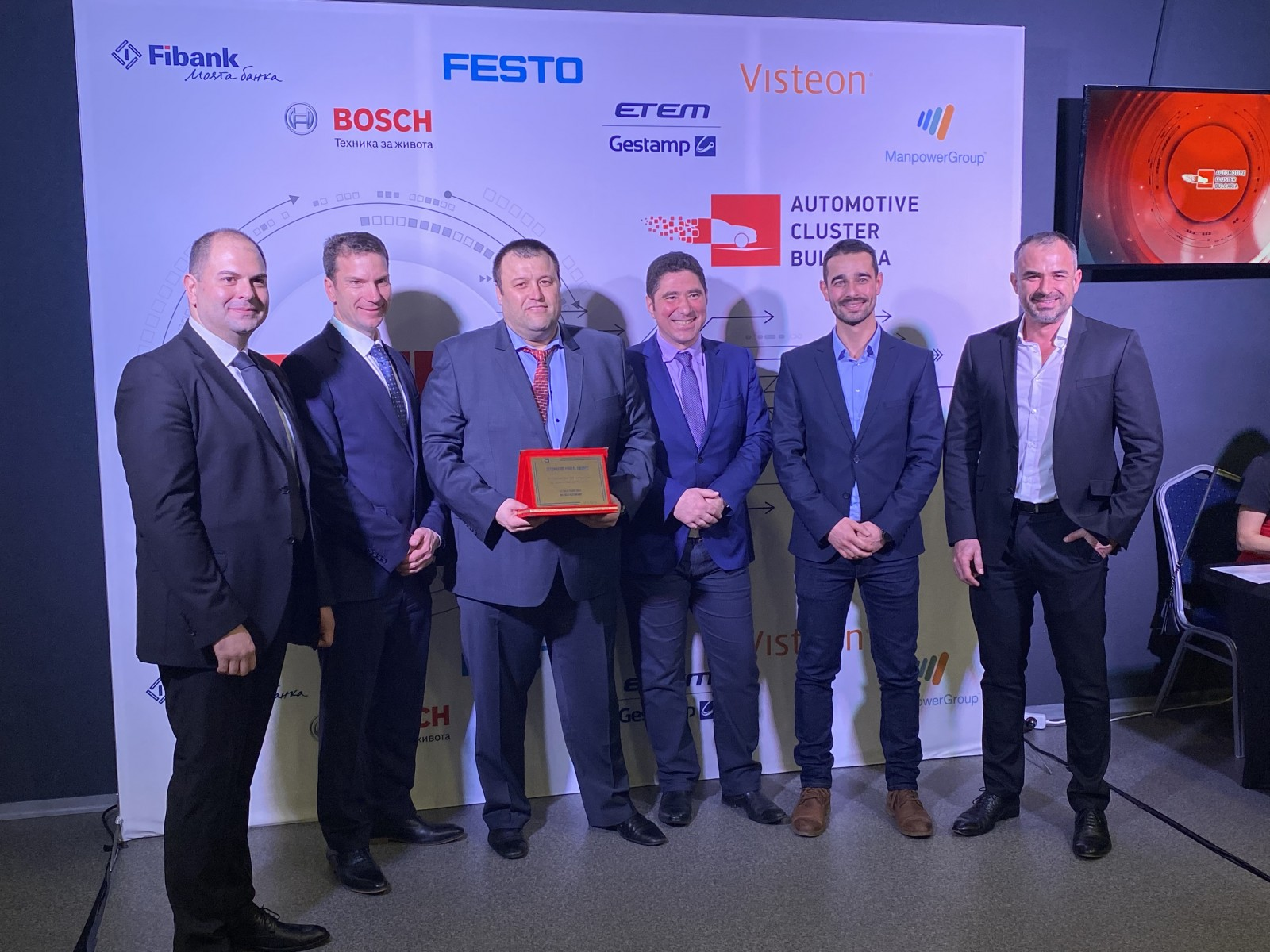 Visteon representatives receive the R&D award in Sofia