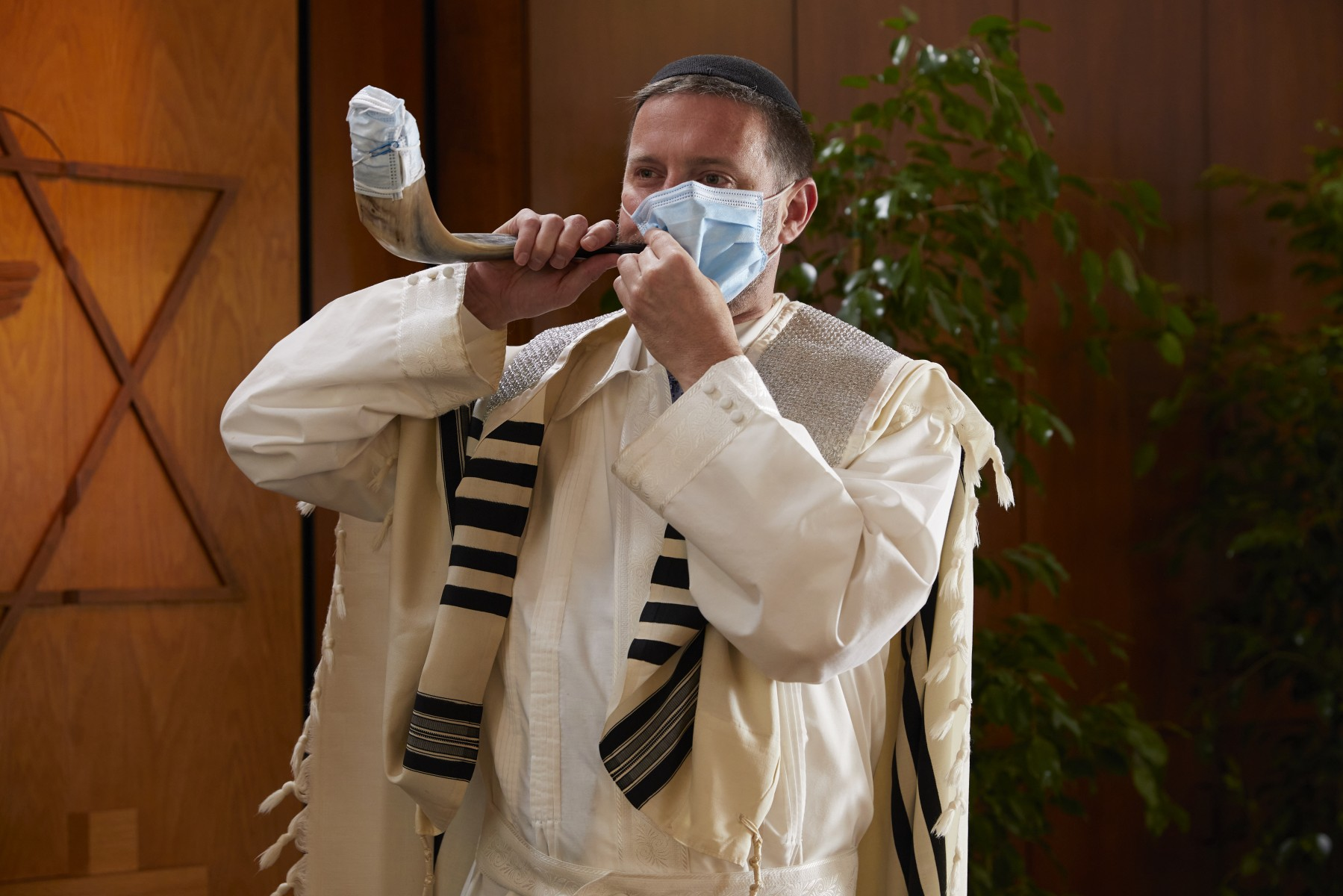 Rabbi Jason Weiner, PhD, demonstrates his masked shofar. Photo by Cedars-Sinai.