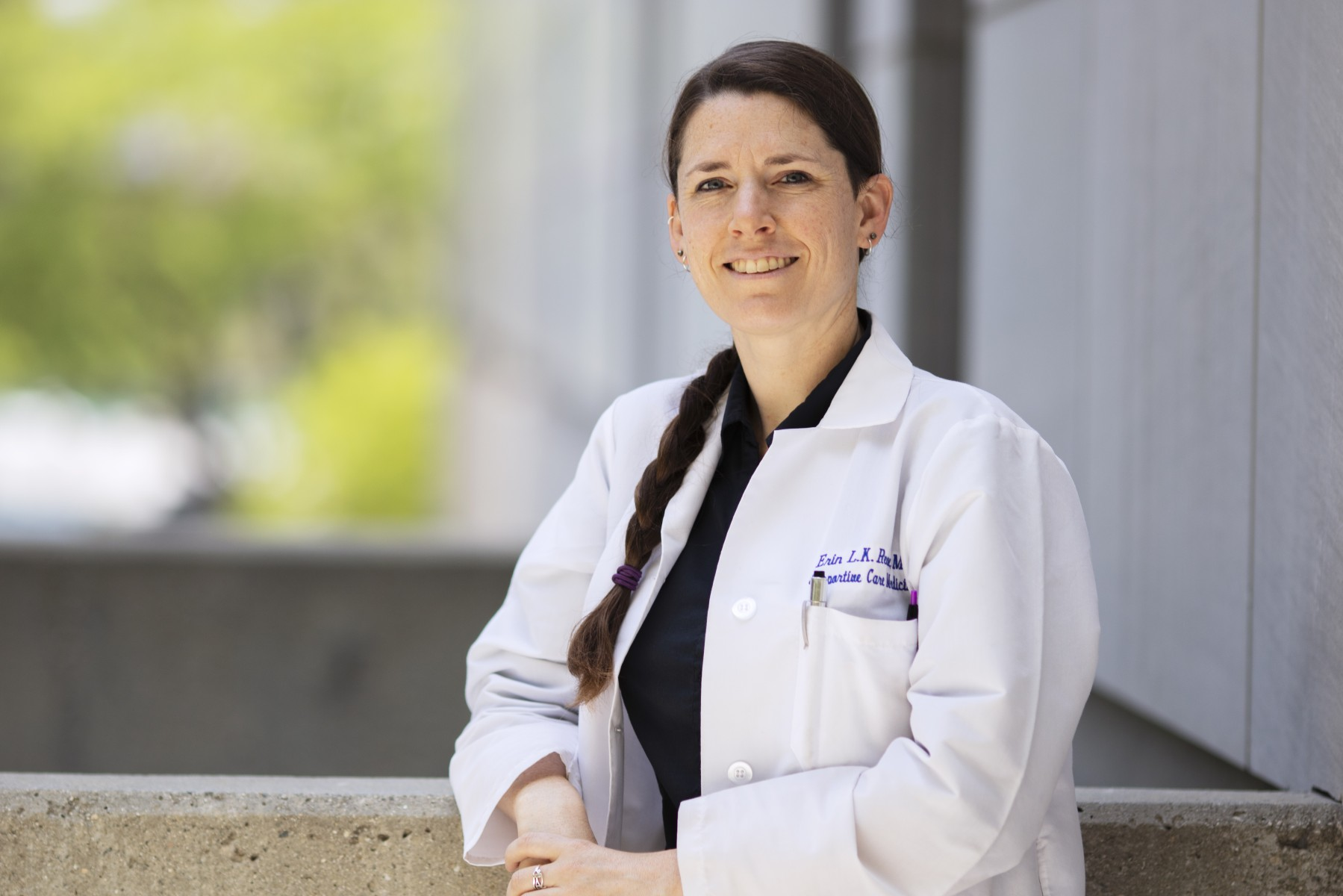 Erin Reeve, MD, a palliative care physician, is hosting a virtual forum where COVID-19 caregivers can share their feelings as well as their creativity. Photo by Cedars-Sinai.