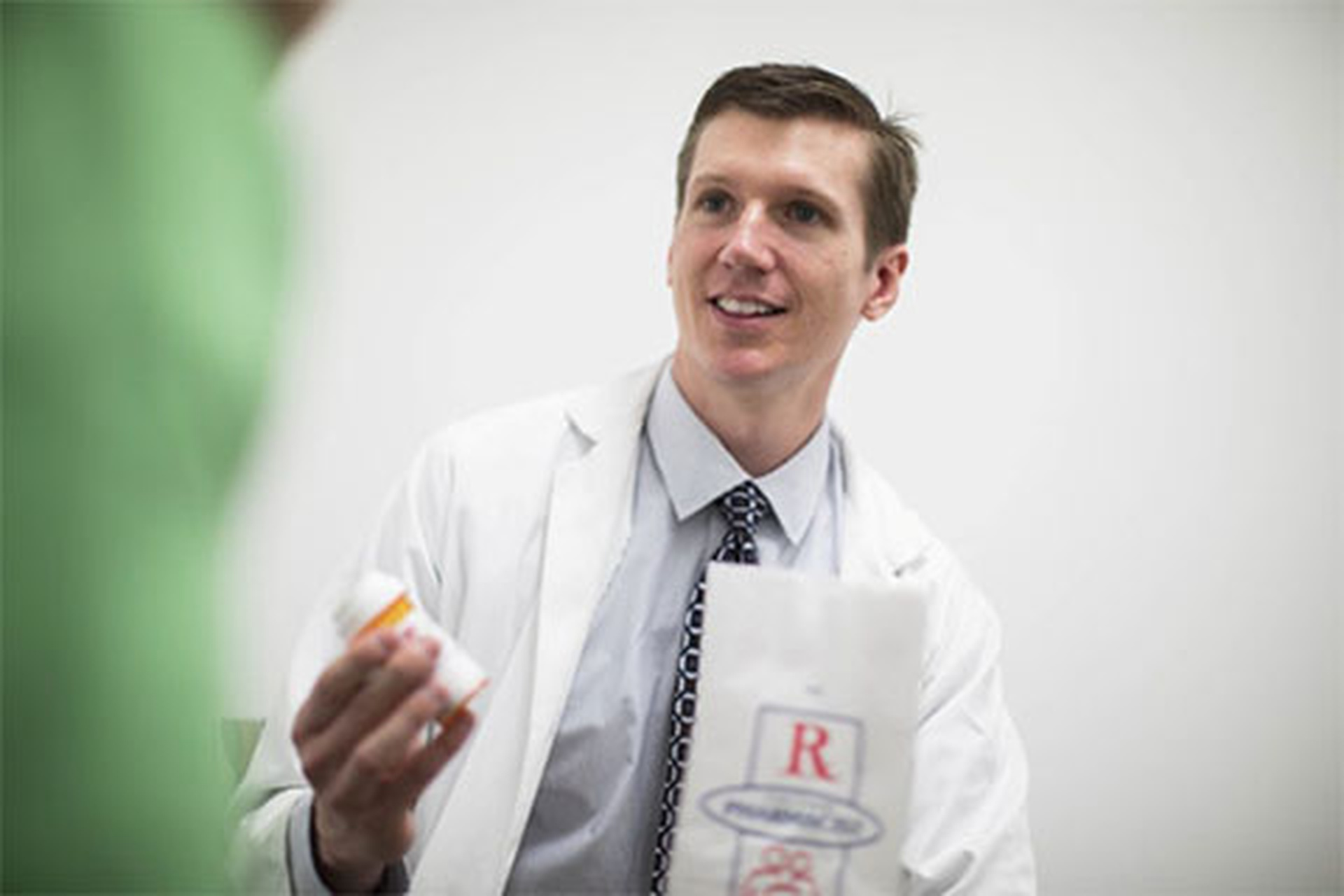 Pharmacist Jesse Wisniewski, PharmD, on the job at Cedars-Sinai. Photo by Cedars-Sinai.