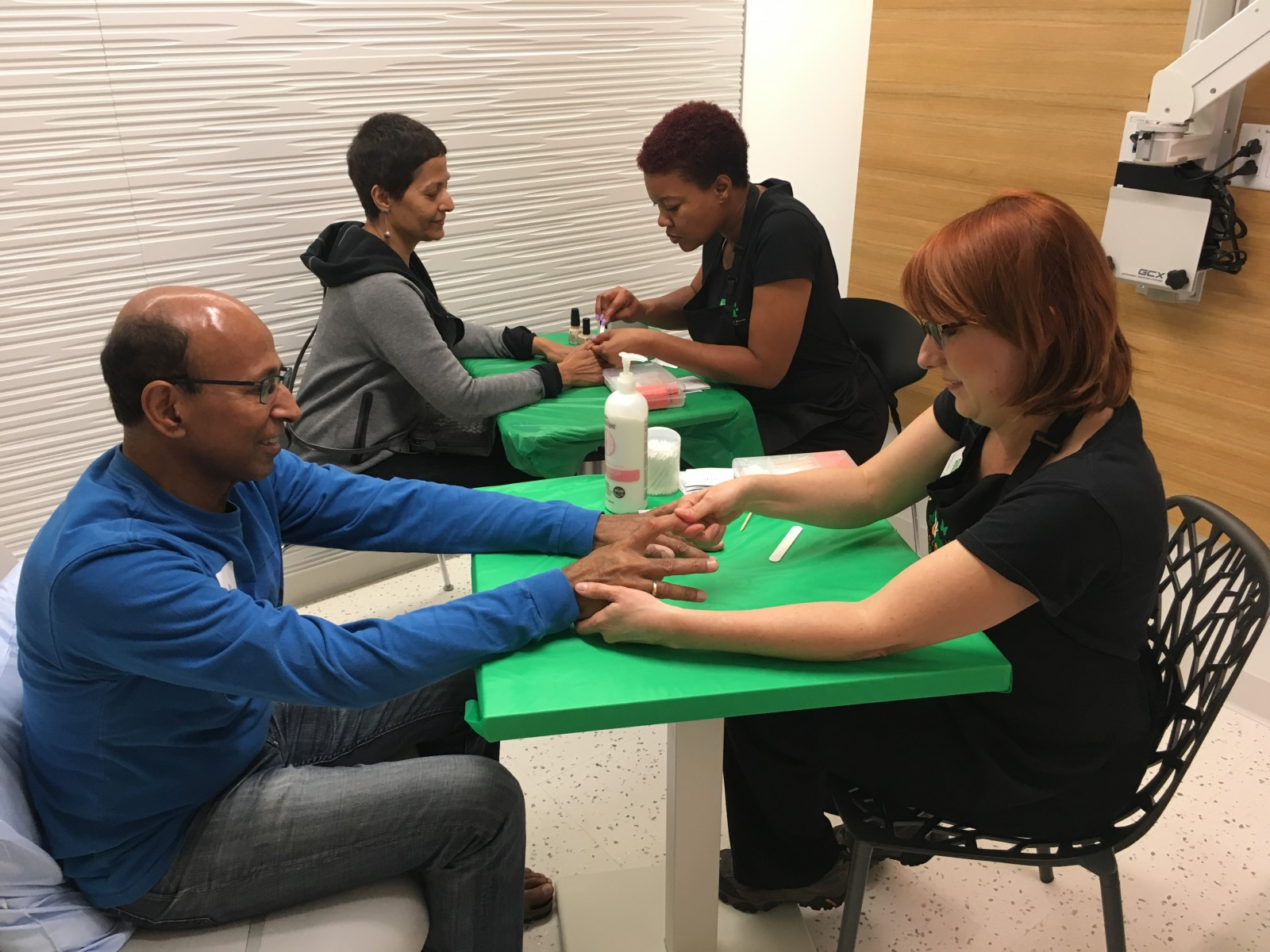 Patient Lakshmi Subramanian and her husband, Bala Subramanian, enjoy free manicures at Beauty Bus event at Cedars-Sinai The Angeles Clinic & Research Institute. Photo by Cedars-Sinai.
