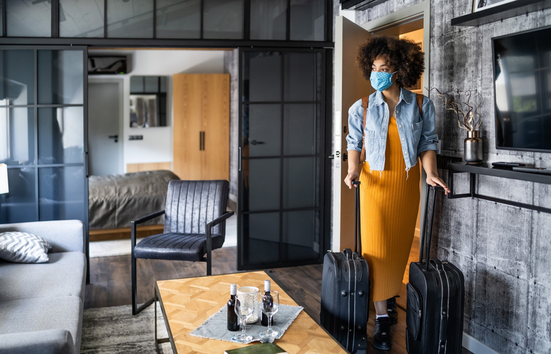 With COVID-19 infections rising across the U.S., risk mitigation is essential for anyone planning to travel  during the 2020 holiday season, says a Cedars-Sinai infectious disease expert. Photo by Getty.