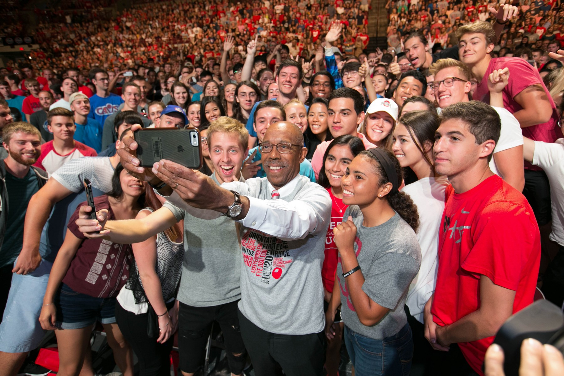President Drake takes a selfie with new freshmen during Convocation