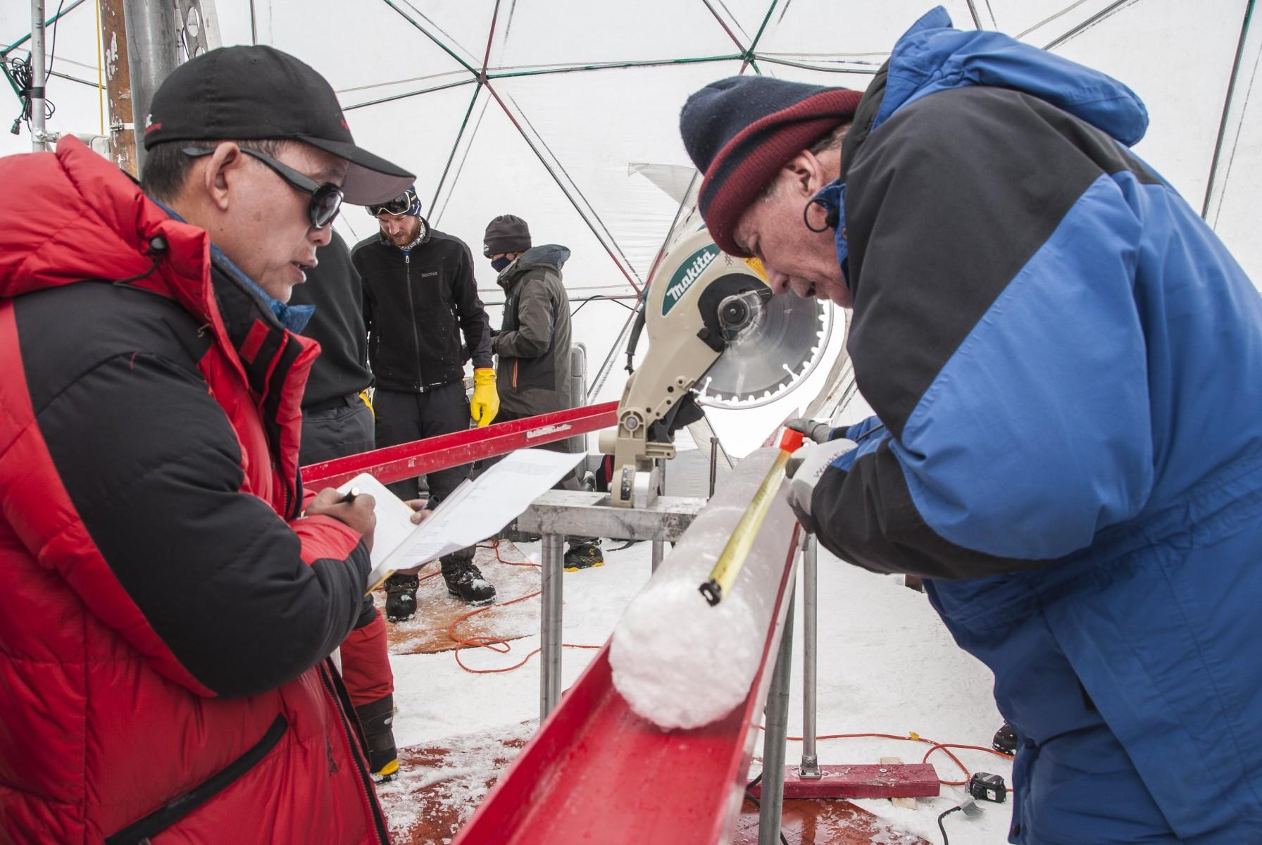 Yao Tandong, à esquerda, e Lonnie Thompson, à direita, processam um núcleo de gelo perfurado na calota polar de Guliya no planalto tibetano em 2015. O gelo continha vírus de quase 15.000 anos, descobriu um novo estudo. Imagem cedida por Lonnie Thompson